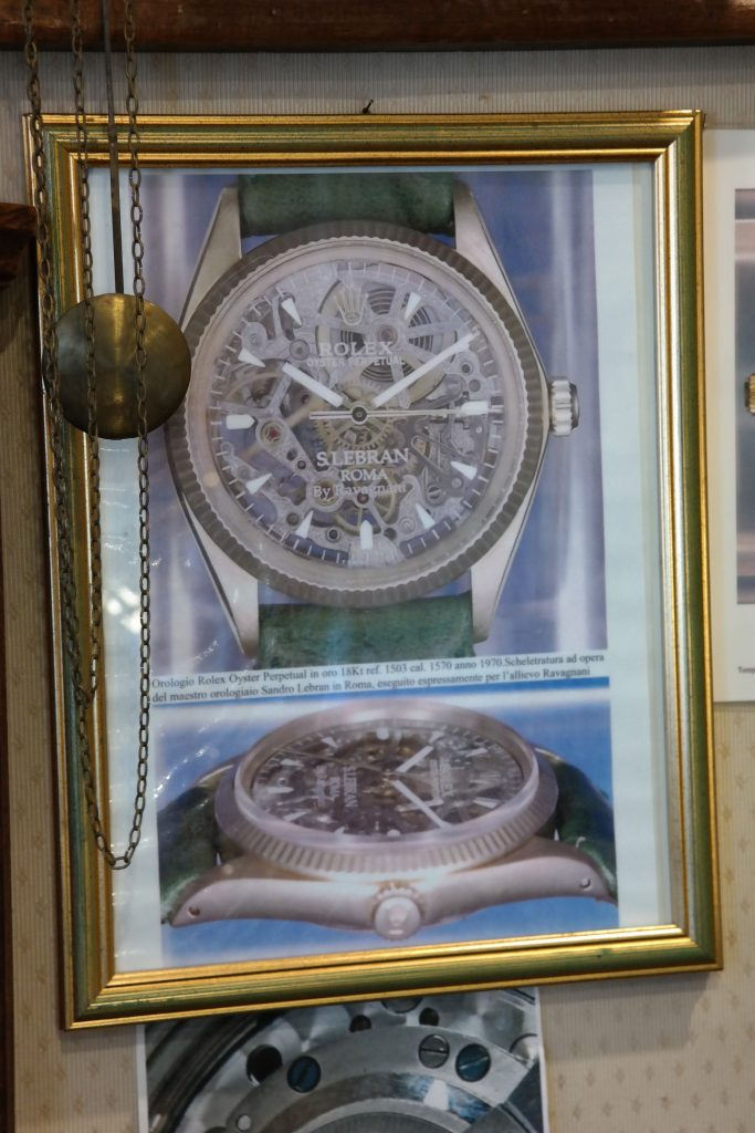 A modest place, but proud image of the watch in the atelier